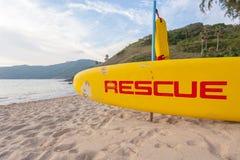Nave di soccorso gialla sulla spiaggia fotografia stock libera da diritti