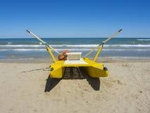 Nave di soccorso gialla sulla spiaggia italiana MARE ADRIATICO Emilia Romagna L'Italia Fotografia Stock Libera da Diritti