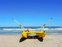 Nave di soccorso gialla sulla spiaggia italiana MARE ADRIATICO Emilia Romagna L'Italia Fotografie Stock Libere da Diritti