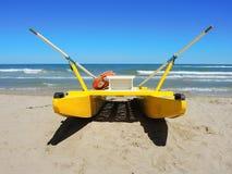 Nave di soccorso gialla sulla spiaggia italiana MARE ADRIATICO Emilia Romagna L'Italia Fotografia Stock