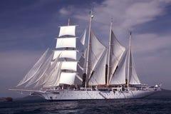 Nave di tagliatore sotto la vela piena Fotografie Stock Libere da Diritti