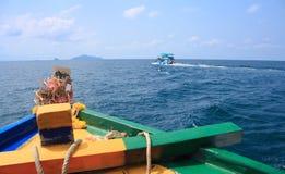 Nave di viaggio sul mare e sull'isola, vista dalla nave passeggeri Immagine Stock