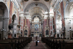Nave e altar principal do Shottenkirche - a Viena - a Áustria imagem de stock royalty free