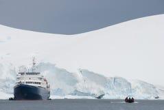 Nave e barca Immagine Stock