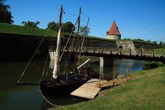 Nave e castello in kuresaaree Fotografie Stock Libere da Diritti