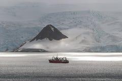 Nave e luce solare in Antartide fotografia stock libera da diritti
