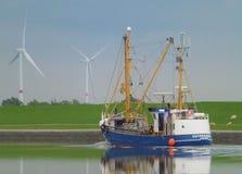 Nave e prato con la ruota di vento fotografia stock libera da diritti