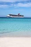 Nave e spiaggia tropicali immagini stock libere da diritti