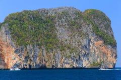 Nave ed imbarcazione a motore sui precedenti delle rocce dell'isola Immagini Stock Libere da Diritti
