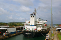 Nave en el Canal de Panamá Foto de archivo