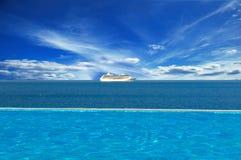 Nave en el horizonte Imagenes de archivo