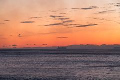 Nave en el horizonte en la puesta del sol imagenes de archivo