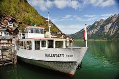Nave en el lago Hallstatt Imagen de archivo libre de regalías