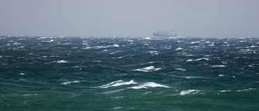 Nave en el mar de asalto Fotografía de archivo libre de regalías