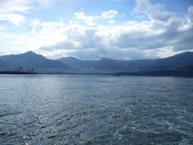 Nave en el mar y la montaña foto de archivo libre de regalías