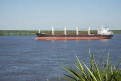 Nave en el río Paraná imagenes de archivo