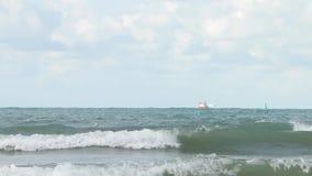Nave en el viento de tormenta en el mar El fuerte viento levanta el descenso del agua sobre la superficie metrajes