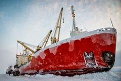 Nave en hielo en la descarga Fotografía de archivo libre de regalías