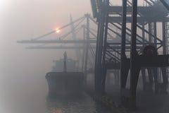 Nave en la niebla de la mañana Imagenes de archivo