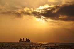 Nave en la puesta del sol en Antofagasta Fotografía de archivo libre de regalías