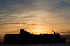 Nave en puesta del sol Foto de archivo