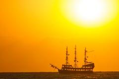 Nave en una puesta del sol Imagen de archivo