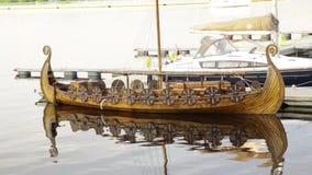 Nave escandinava militar de madera del barco de los guerreros de vikingo del vintage antiguo con los escudos que agitan el balanc metrajes