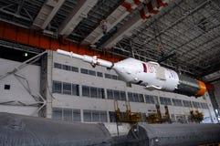 Nave espacial de Soyuz dentro del edificio de la instalación de la integración de Baikonur Fotos de archivo