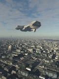 Nave espacial que sobrevoa uma cidade futura Foto de Stock Royalty Free