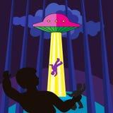 A nave espacial sequestra uma pessoa na noite nas madeiras Foto de Stock Royalty Free