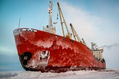 Nave in ghiaccio sullo scarico fotografia stock