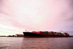 Nave grande en Savannah River que dirige al puerto Fotos de archivo