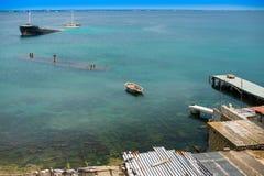 Nave hundida cerca de muelles abandonados viejos en la orilla Fotos de archivo libres de regalías