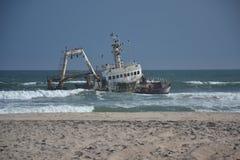 Nave hundida en costa esquelética Fotografía de archivo libre de regalías