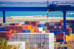 Nave industrial de la carga del cargo del envase para el concepto logístico de las importaciones/exportaciones fotos de archivo libres de regalías