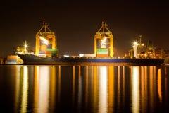 Nave industrial en el comercio de la noche Imagen de archivo libre de regalías