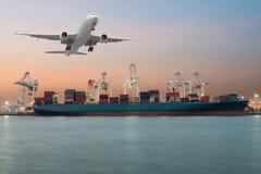 Nave industriale del trasporto del carico del contenitore con il bridg di lavoro della gru Immagini Stock Libere da Diritti