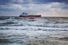 Nave in mare tempestoso Fotografia Stock Libera da Diritti