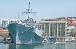 Nave militar del buque insignia flota de la marina de guerra de los E.E.U.U. de la 7ma en el puerto ruso Imagenes de archivo