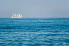 Nave moderna della vela all'oceano aperto, mar Mediterraneo Immagini Stock Libere da Diritti