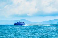 Nave nautica di acqua del passeggero ad alta velocità del getto che si muove velocemente da Hong Kong verso il centro di gioco as Fotografia Stock