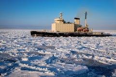 Nave nel ghiaccio dell'Artide fotografia stock
