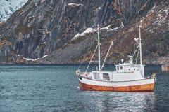 Nave nel paesino di pescatori di Hamnoy sulle isole di Lofoten, Norvegia immagini stock