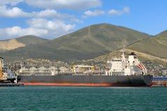 Nave nel porto marittimo contro le colline Fotografia Stock Libera da Diritti