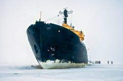 Nave nera gigante del rompighiaccio, nell'acqua ghiacciata dell'oceano del nord Fotografie Stock Libere da Diritti