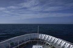 Nave in oceano immagini stock