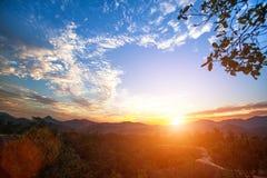 nave Paisagem da montanha durante um por do sol bonito Foto de Stock