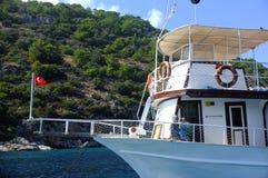 Nave passeggeri ancorata con i passeggeri sopra Fotografia Stock Libera da Diritti