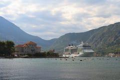 Nave passeggeri nella baia di Cattaro, Perast, Montenegro Fotografia Stock Libera da Diritti