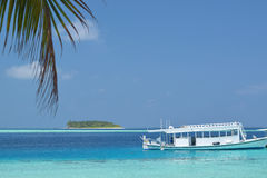Nave passeggeri parcheggiata in Maldive Immagini Stock Libere da Diritti
